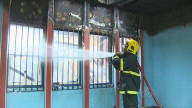 Incêndio atinge casa no Bairro Liberdade, em Porto Velho - Fogo começou em quarto onde irmãs dormiam. Ninguém ficou ferido.