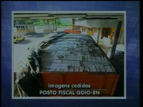 Carreta com 500 mil maços de cigarros contrabandeados é apreendida no RS - Segundo a equipe que fez a apreensão, o motoristas abandonou o caminhão e fugiu.