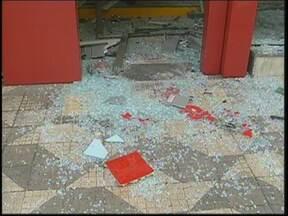 Câmera registra explosão de bancos em ação de quadrilha em Itatinga - Os caixas automáticos de duas agências bancárias ficaram destruídos na madrugada desta quarta-feira (22), em Itatinga (SP). Em menos de dez minutos, cerca de doze criminosos explodiram as máquinas e levaram o dinheiro.
