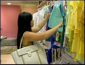 Lojistas investem em promoções para renovar estoque em Campos, RJ - Maioria das lojas está em liquidação.