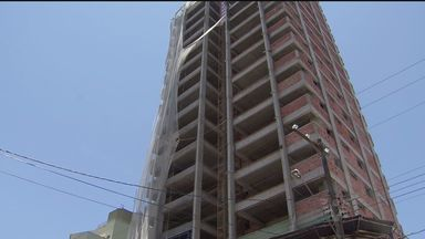 Operários de construção caem de obra em Guarujá (SP) - Grupo de seis homens caiu de andaime a uma altura de seis metros.