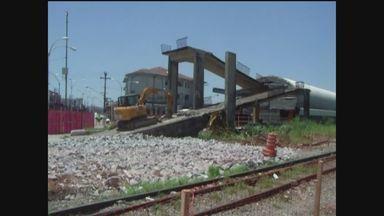 Demolição de passarela ao lado da travessias de barcas é demolida em Guarujá (SP) - Parte central da estrutura foi retirada com auxílio de um guindaste. Uma nova passarela será colocada no local.