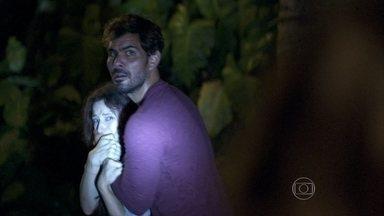 Aline manda Ninho prender Rebeca - César questiona Aline por conta do barulho e ela mente