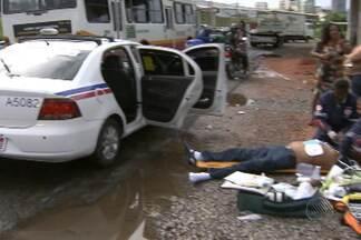 Taxista sofre infarto e morre enquanto trabalhava - Caso ocorreu na região do Iguatemi, em Salvador. Vítima chegou a ser levada para o HGE, mas não resistiu.