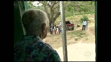 Agricultores do sertão de Pernambuco recebem visita de comitiva paraguaia - A comitiva veio ao local para conhecer técnicas de convivência com a seca. A estiagem dos últimos anos secou o riacho e impressionou a aposentada de 97 anos.