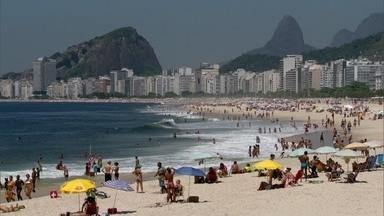 Banhistas se preocupam com balneabilidade das praias do Rio - Uma espuma tomou conta das praias e afastou os banhistas do mar. A sujeira e poluição são outras reclamações frequentes. O Inea esclareceu que a espuma é um fenômeno natural vindo das algas.