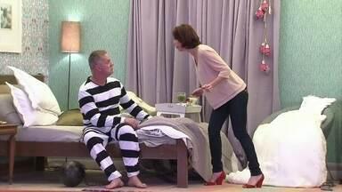 Casamento ou prisão? Marido está literalmente preso na cama - Maria Clara, como Cláudia, azucrina a vida do maridão Borges, vivido por Luiz Fernando Guimarães