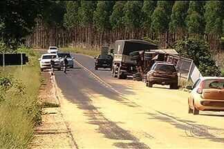 Por causa de acidente, carga se espalha em trecho da BR-158, em Jataí - Motoristas tiveram que redobrar a atenção ao passar pelo trecho da rodovia no sudoeste goiano.