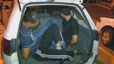 Três homens são detidos por porte ilegal de arma em Campinas - A Polícia Militar desconfiou de dois carros que estavam parados em uma estrada de terra próximo ao distrito de Sousas na noite de segunda-feira. A suspeita é que eles poderiam participar de um assalto.