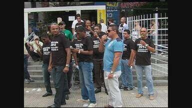 Sindicato dos Vigilantes faz paralisação em Caruaru, PE - Clientes que procuraram bancos, na segunda-feira, voltaram para casa sem conseguir atendimento. Só os caixas eletrônicos funcionaram.