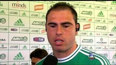 Bruno César veste a camisa e fala de dulpa com Valdivia - Meia ex-Corinthians é apresentado no Palmeiras