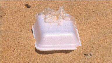 Sem noção joga lixo em praia de Vila Velha, no ES - A atitude é comum no local. Em outras praias, muitos lixo foi flagrado jogado no chão.