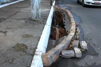 Buraco em rua do bairro de Ondina é isolado com pedras - Em nota, a Embasa disse que vai enviar uma equipe ao local para verificar se o buraco é de responsabilidade da empresa.