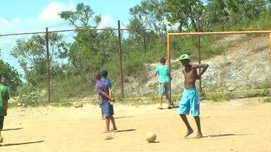 Parceiros do MGTV mostram situação de campo de futebol no Aglomerado da Serra - Equipe da TV Globo Minas esteve no local há cerca de um ano atrás. Local continua uma área de risco por causa do abandono.