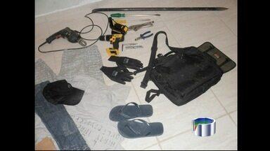 PM apreende materiais de roubo a caixas eletrônicos em Areias, SP - Dois homens chegaram a ser detidos, mas foram liberados pela polícia. Eles estavam no carro em frente a agência bancária e tentaram fugir.