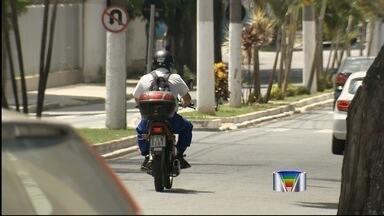 Motociclista corresponde a metade dos feridos em acidentes em Taubaté, SP - Em 2013, 1,3 mil pacientes com trauma foram atendidos no hospital regional. Imagens mostram situações de imprudência e até mesmo falta de atenção.