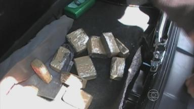 Cão farejador da polícia encontra 79 quilos de maconha dentro de carro - Drogava estava escondida no forro do piso, nos bancos e na mala.