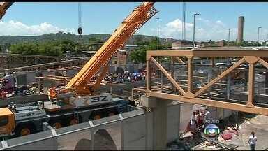 Equipes seguem trabalhando para liberar pistas da Linha Amarela - Quatro pessoas morreram e cinco ficaram feridas na queda de uma passarela na Linha Amarela. Duzentos homens estão trabalhando no local.