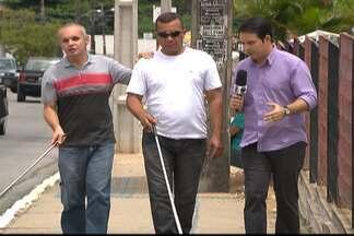 As dificuldades de se caminhar pelas calçadas de João Pessoa - Buracos, calçadas quebradas, sem rampas de acesso e sem sinalização para cegos.