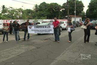 Cerca de 20 agentes penitenciários fizeram protesto em frente à Secretaria de Justiça - Confira no vídeo.