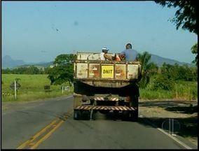 Caminhão do DNIT é flagrado fazendo transporte irregular em Campos, RJ - Homens eram transportados na caçamba do caminhão.Veículo estava com adesivos do DNIT.