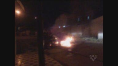 Cinegrafista amador registra momento em que carro pega fogo em Praia Grande - Imagem impressionou quem passou pelo local.