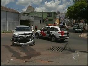Acidente no Centro de Itapeva, SP, deixa uma pessoa ferida - A batida foi no cruzamento das ruas Rui Barbosa e Dom Luís de Souza. De acordo com a PM, um dos carros bateu na lateral do outro que estava na preferencial. Um dos motoristas contou que os carros estacionados atrapalharam a visão dele.