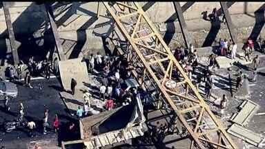 Caminhão derruba passarela e mata quatro pessoas no Rio de Janeiro - Acidente aconteceu na via expressa Linha Amarela. Imagens mostram o veículo traficando fora do horário permitido, com a caçamba levantada.