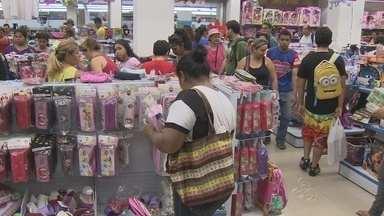 Cresce movimento nas livrarias de Manaus - Quem deixou para comprar o material escolar na última hora tem que dividir espaço com muita gente; pesquisar é opção para economizar.