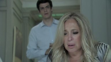 Pilar se culpa pelo que aconteceu com César - O médico ofende a ex-mulher ao descobrir que ela assinou um contrato de união estável com Maciel