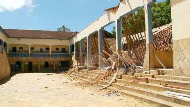 A pouco tempo do início letivo, salas de aula estão interditadas em escola do Sul de Minas - Desde o ano passado, professores e alunos sofrem com problemas na estrutura do prédio.