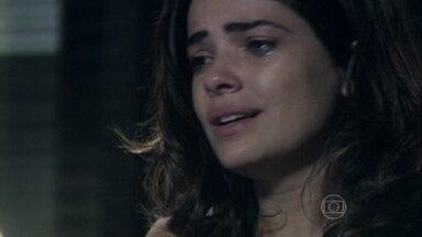 Aline diz ao delegado que foi vítima de Ninho - Ela responsabiliza o amante pelos crimes que cometeu