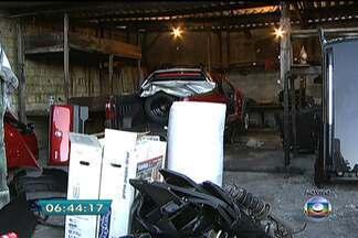 Polícia descobre desmanche em Santo André, no ABC paulista - A polícia localizou o desmanche graças ao sistema de rastreamento de um carro roubado. Serão necessários dois caminhões para retirar a quantidade de peças encontradas no local.
