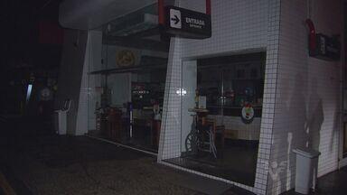 Assalto à uma loja de convieniência termina em incêndio na Rodovia dos Imigrantes - A loja fica dentro de um posto de combustíveis, no começo da rodovia. Completar legenda.