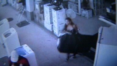 Mulher rouba TV de 46 polegadas e foge de loja a pé no ES; veja vídeo - Roubo aconteceu há duas semanas e mulher agiu novamente nesta quinta.Suspeita disse que roubava as televisões porque estava desempregada.
