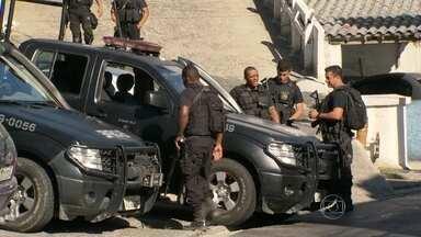 Bope é recebido com tiros por traficantes no Morro do Caramujo, em Niterói - O Bope foi recebido a tiros por traficantes em uma operação no Morro do Caramujo, em Niterói. Ao mesmo, ali perto, era inaugurada uma companhia destacada da Polícia Militar.