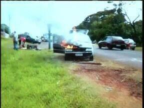 Telespectador grava carro pegando fogo na rua - Caso foi em Guaíra. Ninguém ficou ferido.
