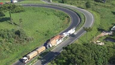 Carreta tomba e deixa trânsito complicado nos contornos Sul e Norte - Acidnete foi ontem à noite.