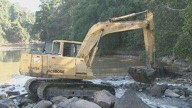 Sanasa inicia trabalho de desassoreamento do Rio Atibaia nesta sexta-feira - Nesta sexta-feira (31) funcionários da Sanasa colocaram pedras na área de captação para aumentar parte do nível de água do rio. O trabalho preventivo deve ser concluído até domingo.