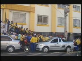 Funcionários dos correios que estão em greve participam de assembleia em Rio Preto - Funcionários dos correios, que estão em greve em São José do Rio Preto, participam na tarde desta sexta-feira (31) de uma assembleia para decidir sobre os rumos do movimento. Segundo a direção dos correios o serviço funciona normalmente.