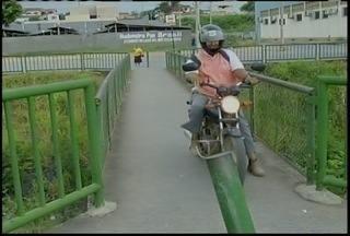 Motociclistas desrespeitam passarelas destinadas a pedestres em Montes Claros - Problema é registrado em várias avenidas da cidade.