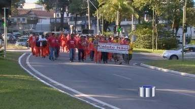 Funcionários de empresa do setor de energia fazem protesto em São José dos Campos, SP - Eles reclamam contra a falta de pagamento de salários. Em nota, a empresa disse que pagou os salários e o décimo terceiro atrasados.