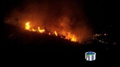 Após 10h, Bombeiros controlam fogo em área de mata de Ilhabela, SP - Fogo começou em área de difícil acesso e se espalhou rapidamente. Segundo Bombeiros, incêndio atingiu ao menos 20 mil metros de mata.