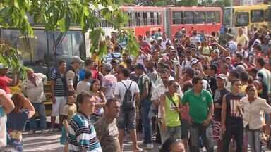 Protesto de motoristas e cobradores causa transtorno para passageiros de ônibus - Profissionais fazem parte de um grupo de oposição à direção do sindicato da categoria.