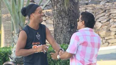 E afinal, Ronaldinho Gaúcho renovou ou não com o Atlético-MG? - Atlético-MG divulga que contrato com Ronaldinho ainda não foi renovado.