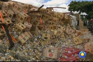 Carreta carregada de cachaça tomba na Paraíba - Segundo a Polícia Rodoviária Federal, por causa do desnível da pista a carreta tombou quando o motorista tentava estacionar.
