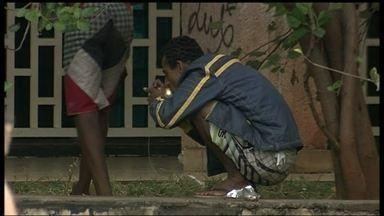Usuários de crack consomem a droga livremente no Setor Comercial Sul - Repórter cinematográfico do DFTV, Lito Ferrim, registrou o tráfico e o consumo de drogas na região. É possível perceber nas imagens, que um grupo de pessoas negociam a droga, sem qualquer tipo de repressão da polícia.