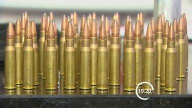 Polícia prende homem com munição de uso restrito do Exército em São José dos Campos, SP - Material foi encontrado com suspeito em uma casa no Campo dos Alemães. Segundo delegado, ele teria envolvimento em roubos a caixas eletrônicos.