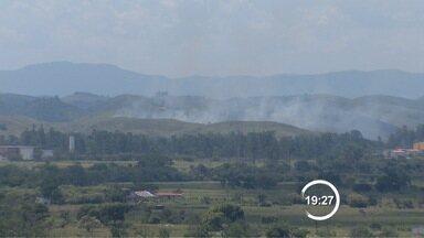 Tempo seco no verão causa incêndios em cidades da região - Um dos casos mais graves foi em Ilhabela.
