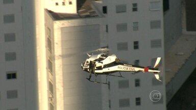 Polícia Militar faz operação em combate à criminalidade no Aglomerado da Serra - Com apoio de helicóptero, 60 policias foram cumprir 23 mandados de busca, apreensão e prisão.
